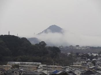 向かいの山の朝霧.jpg